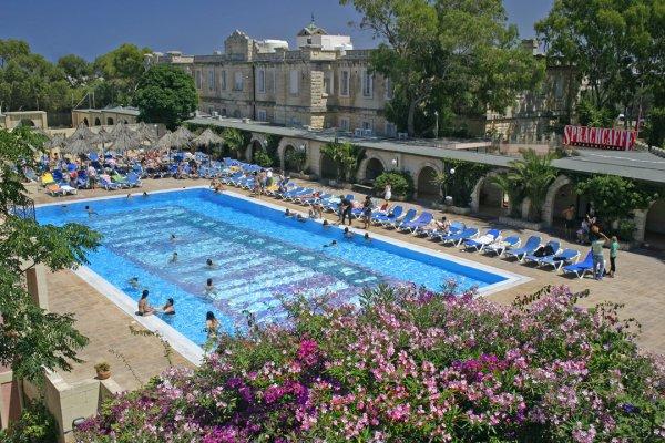 Sprachcaffe st julian 39 s malta malta hostelscentral for Garden pool st julians