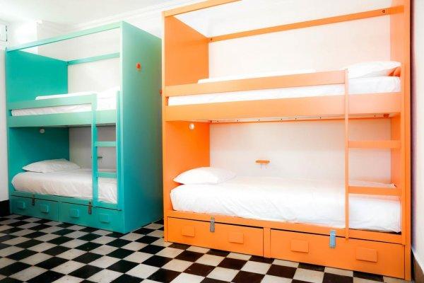 the salty pelican beach hostel cascais portugal. Black Bedroom Furniture Sets. Home Design Ideas
